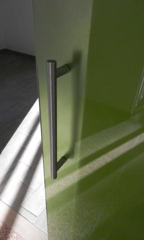 Dettaglio di una porta in vetro decorata con stampa digitale