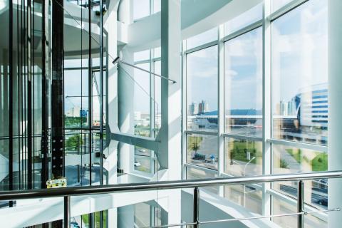 Grande vetrata per parete