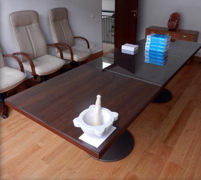 Tavolo con ripiano in vetro
