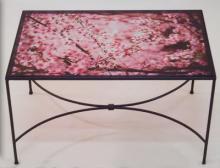 Tavolino con ripiano in vetro decorato