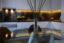 Paraspruzzi  in vetro colorato  e tavolo per cucina in vetro trasparente